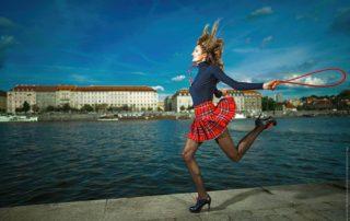 Modelka v minisukni a černých silonkách skáče přes švihadlo