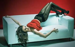 Modelka v silonkách na pohovce